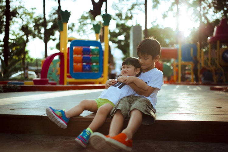 Anak-anak Bermain di Playground Outdoor